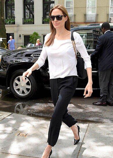 跟安吉丽娜•朱莉学习将简洁白上衣搭配出新亮