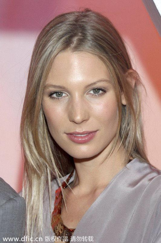 梅西 萨拉/安东莉娜(Antonella Roccuzzo)是巴萨和阿根廷前锋梅西的妻子...