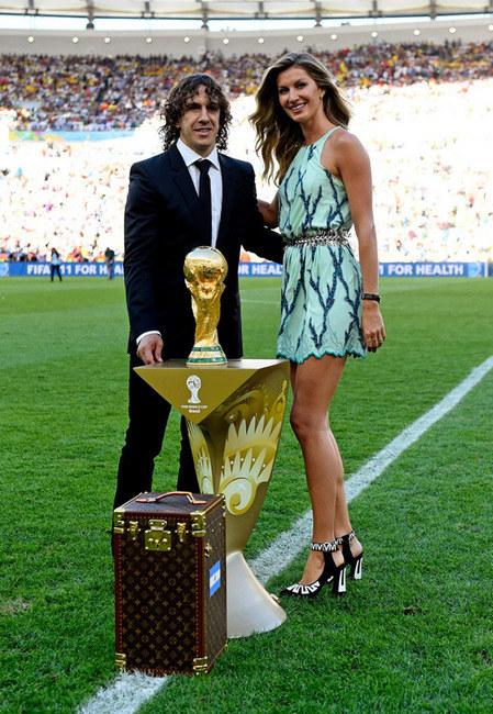 巴西超模著路易威登2015 Cruise系列印花洋裝護送世界杯獎座