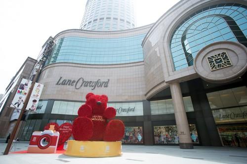 大上海时代广场门前巨大花熊惹眼球