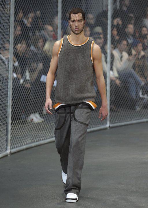 纪梵希发布2014秋冬男装型录 以整个篮球及篮球场材料作为发想
