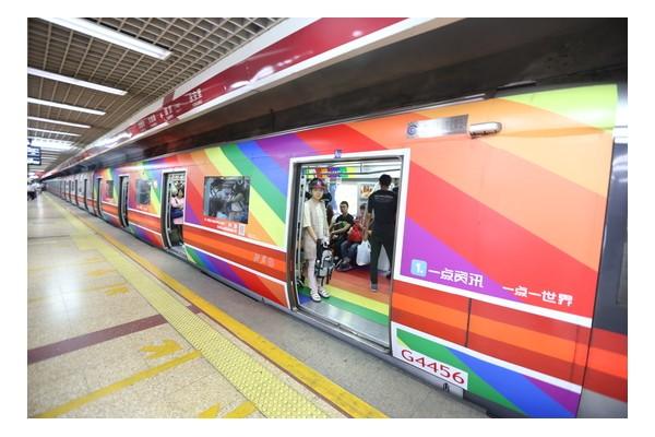 基友特选地铁彩虹车厢求婚引网友惊叹是真爱