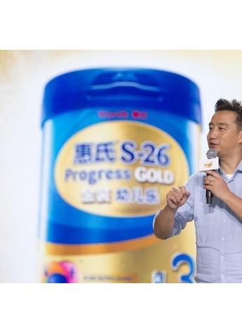 黄磊现身惠氏营养品智慧工厂,和宝妈粉丝大谈智慧育儿