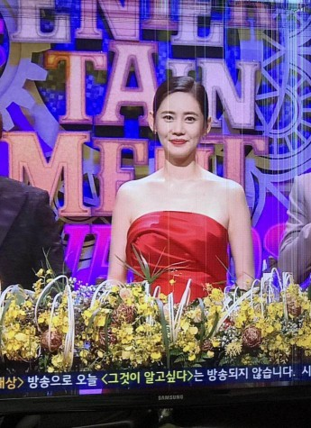 """秋瓷炫于晓光一起代言VIVLAS品牌,并斩获年度""""HOT STAR奖"""""""