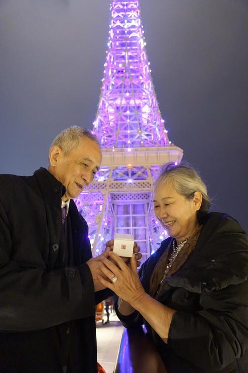 澳门巴黎铁塔下70岁时髦老人用DR钻戒求婚
