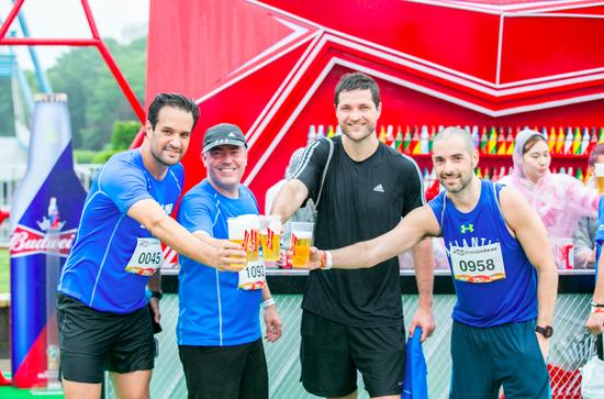 著名运动员、奥运五金得主吴敏霞现身百威英博520啤酒跑 携千人为爱而跑刷爆朋友圈