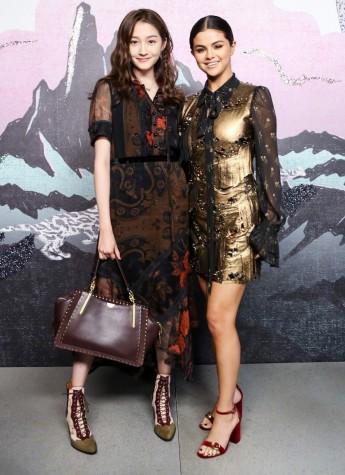 关晓彤现身纽约时装周,穿衣风格和手持的华为nova3i真是太skr了