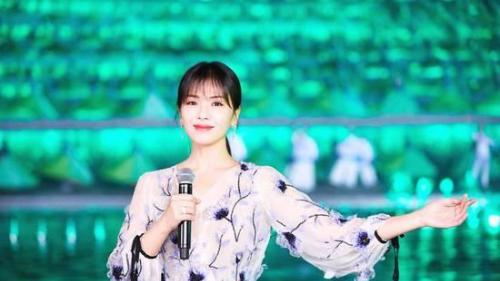 美麗田園代言人劉濤春晚表演之后太累沒換裝直接睡地上,網友宣稱:太驚艷