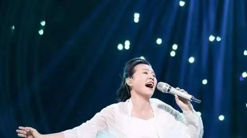 龚琳娜身着rechenberg亮相湖南卫视,一曲《小河淌水》实力夺冠
