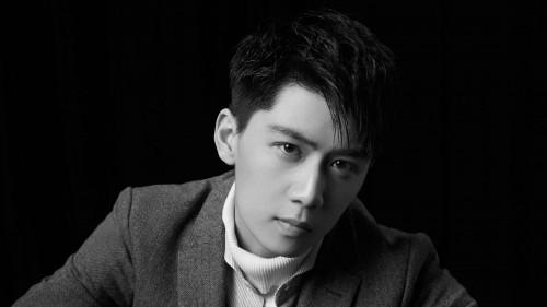 任宥纶黑白写真曝光 玩转帅气型男魅力