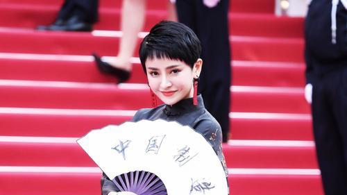 方艺谚一身中国风服饰首战戛纳红毯 优雅大方风格独特