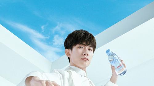 千面少年,活出年轻 依云宣布易烊千玺成为品牌全球代言人
