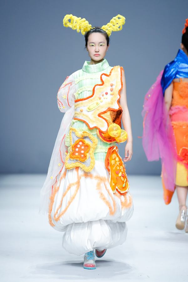江汉大学《穿·悦》优秀服装设计作品亮相2019大学生时装周