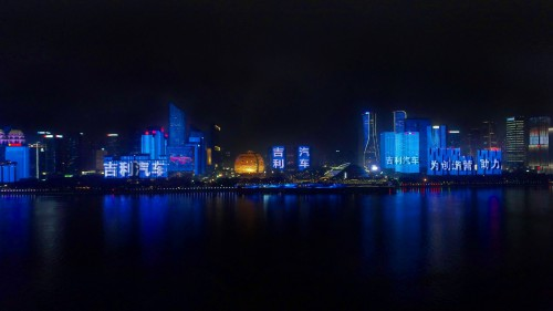青岛、杭州双城联动上演灯光秀,吉利汽车年轻化战略实力圈粉