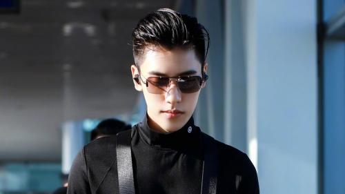 全黑造型輕松制勝秘訣 太陽鏡配飾提升時髦感