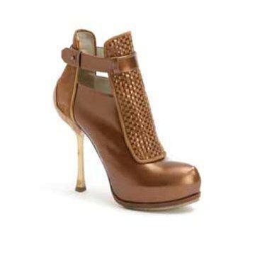 黄铜色高跟鞋