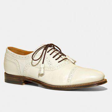 白色中性款式皮鞋