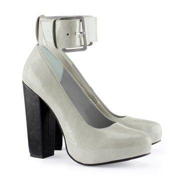 灰色脚踝搭扣高跟鞋