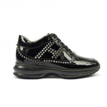 黑色铆钉运动鞋