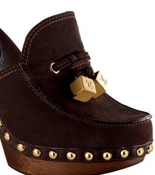 麂皮铆钉木跟凉鞋