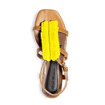 黄色亮皮装饰平底凉鞋