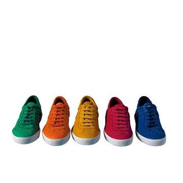 亮色皮革运动鞋