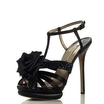 黑色镶花高跟鞋