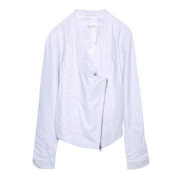 白色斜拉链外套