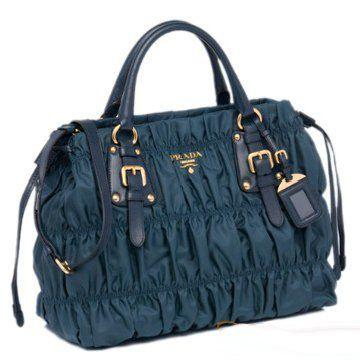 2011年春夏孔雀蓝色尼龙配皮褶皱款抽绳设计手提肩背两用女士手袋