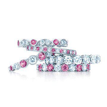 粉红色共爪式镶嵌钻戒