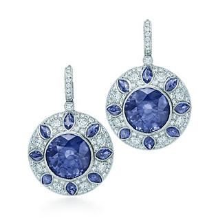 镶嵌蓝宝石和钻石的耳环