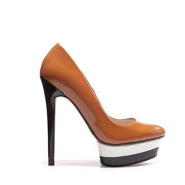 咖啡色漆皮高跟鞋